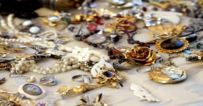 Vintage jewellery never gets out of fashion