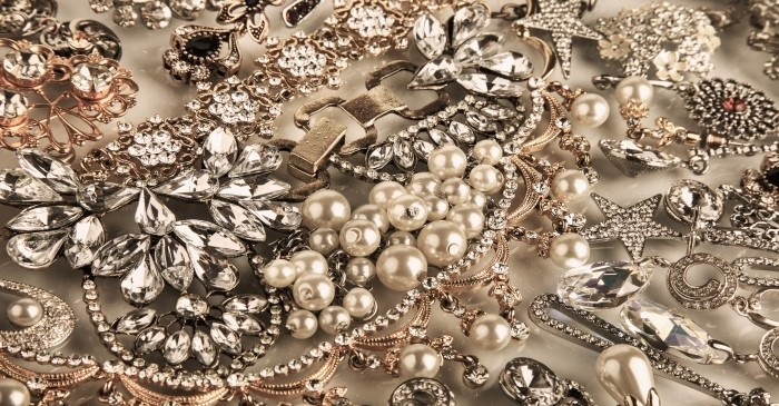 How to identify vintage jewelry
