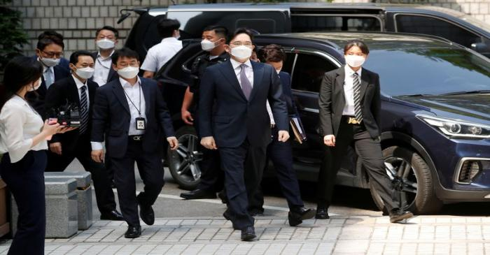 FILE PHOTO: Samsung Group heir Jay Y. Lee arrives for a court hearing to review a detention